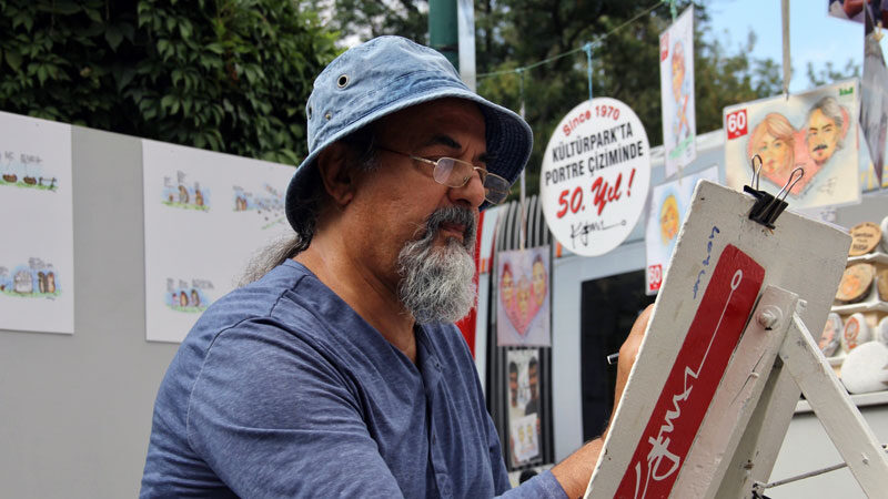 Bursa'da emekli edebiyat öğretmeni yarım asırdır aynı parkta karikatür çiziyor