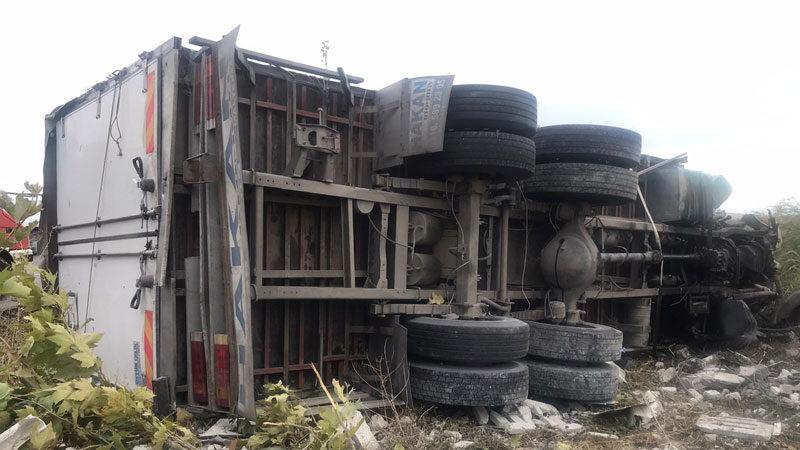 Bursa'da kamyon devrildi: 1 ölü