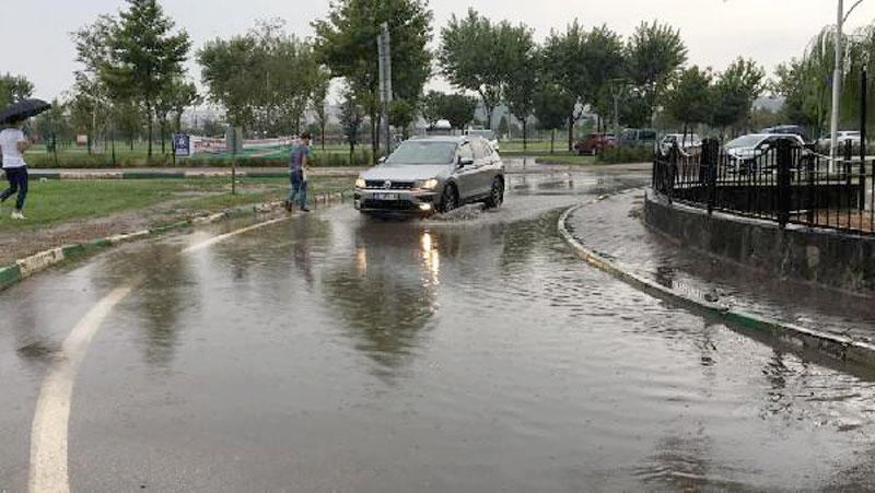 Bursa'da sağanak yağış hayatı olumsuz etkiledi