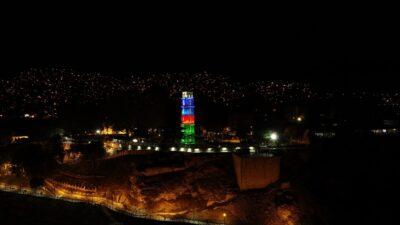Bursa'nın tarihi sembolü Tophane Saat Kulesi Azerbaycan'ın renklerine büründü