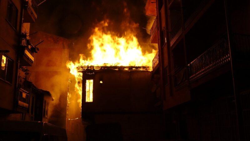 Bursa'da iki katlı iki metruk binada çıkan yangın mahalleliyi korkuttu
