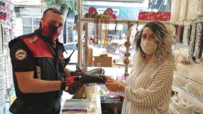 Bursa'da iş yerinin önünde bulduğu para dolu çantayı polise teslim etti