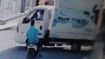 Bursa'da kamyonet ile elektrikli bisikletin çarpışma anı kamerada…