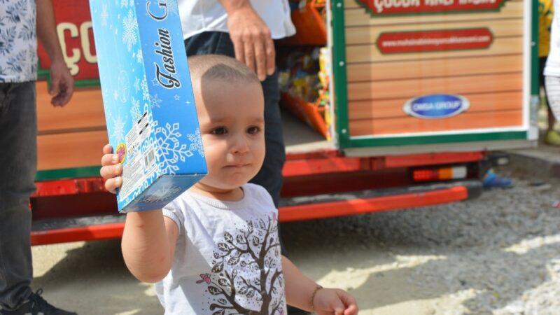 Bursa'da köy köy dolaşıp çocuklara oyuncak dağıtıyor