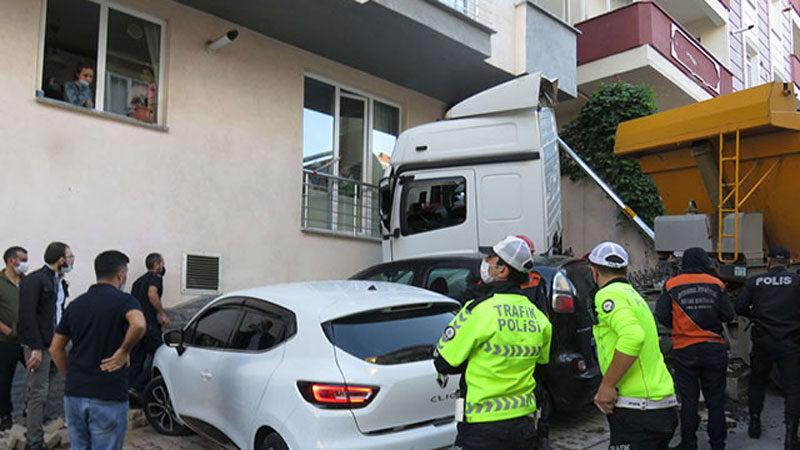 Hafriyat yüklü kamyon binaya çarptı