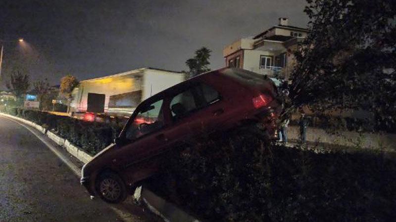 Bursa'da kaza! Bariyerlerde asılı kaldı