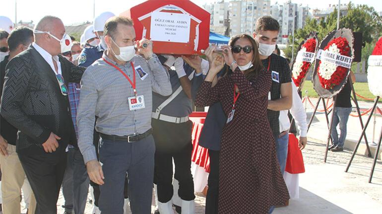 Otobüste kalp krizi geçiren emekli Emniyet Müdürü'nün naaşını eşi ve oğlu taşıdı