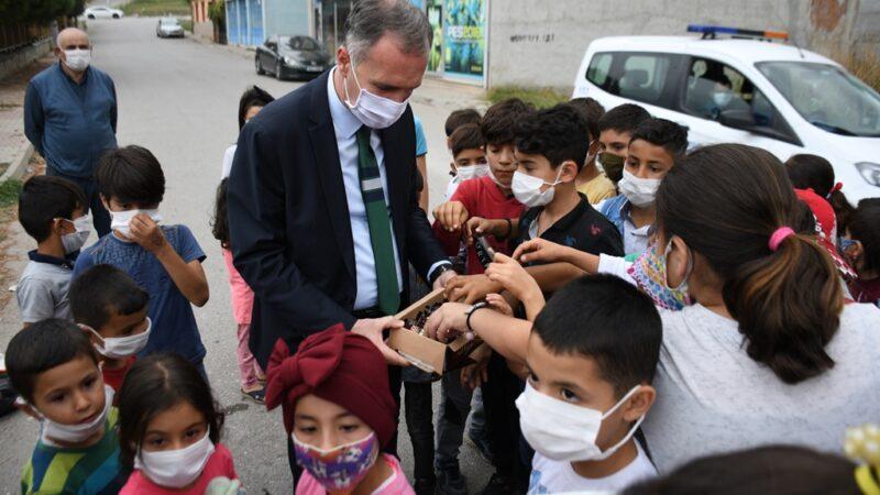 Başkan Taban'dan sokakları temizleyen çocuklara sürpriz ziyaret