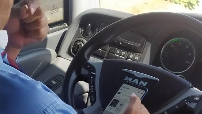 Şaşırtan olay! Otobüs şoförünün bir elinde telefon, bir elinde çekirdek…