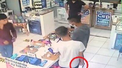 Bursa'da cep telefonunu hırsızlığı kamerada