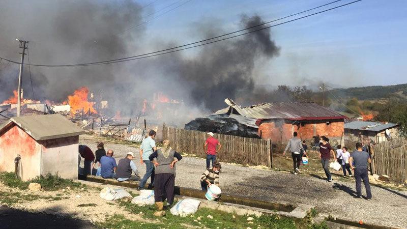 Yangın paniği! Köy alev alev yanıyor