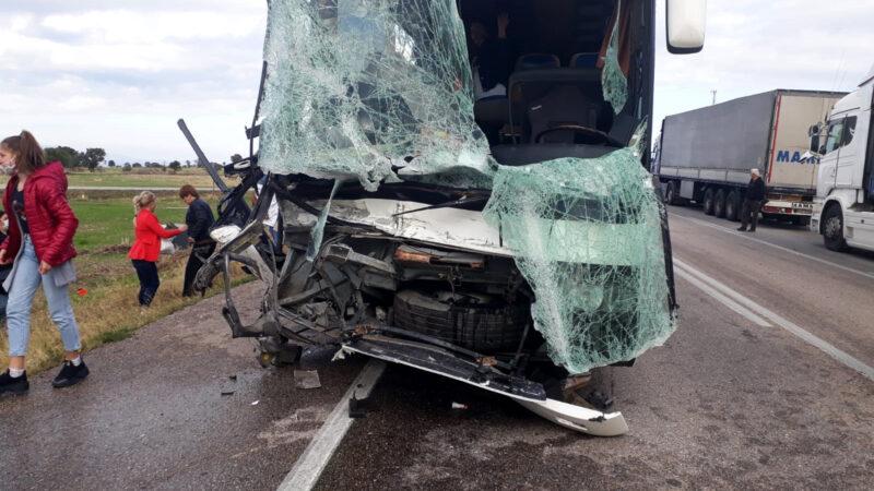 Yolcu otobüsü ile kamyonet çarpıştı! Yaralılar var