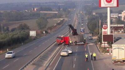 TIR yan yattı! Bursa-İzmir yolu trafiğe kapandı