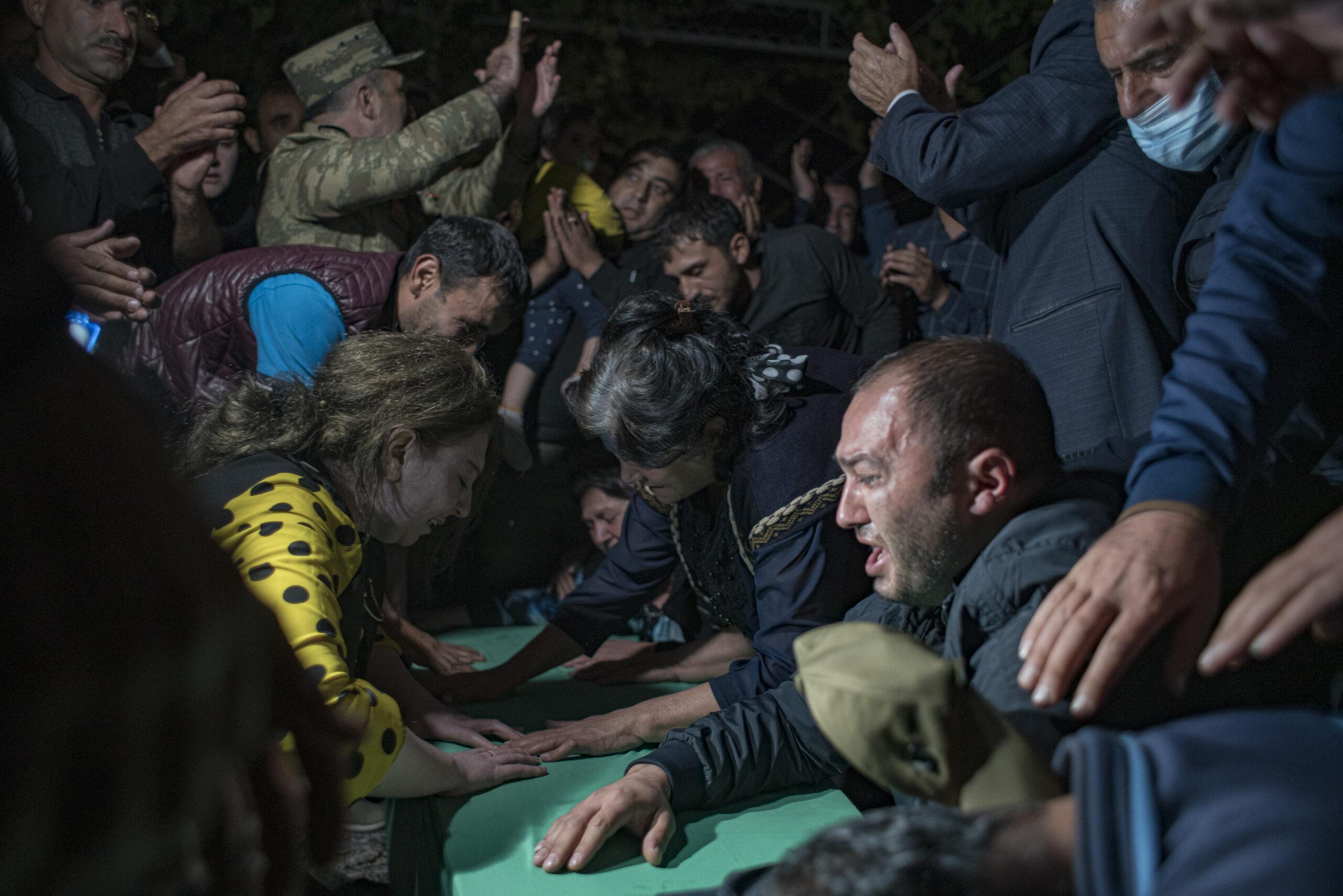 Azerbaycan'dan yürek yakan görüntüler… Cenazeler akşam defnedildi