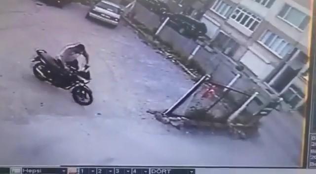 Bursa'da akıl almaz hırsızlık! Kaykaya biner gibi motor çaldılar