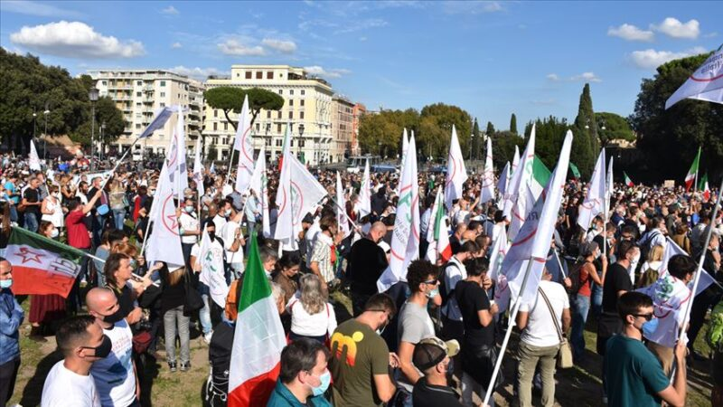 O ülkede Covid-19'a yönelik tedbirler ve uygulamalar protesto edildi
