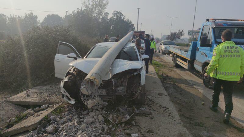 Bursa'da direğe çarpan otomobil sürücüsü kaçtı