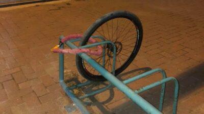 Yok artık…Kilidini kıramadıkları bisikletten geriye sadece tekeri kaldı