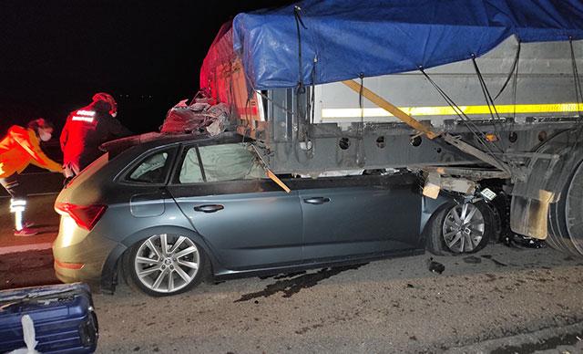 Otomobil TIR'ın altına girdi: Ölü ve yaralılar var…