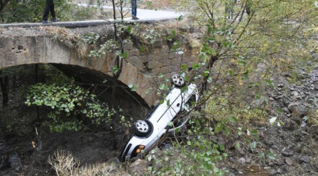 Köprüden dereye otomobil düştü: 4 yaralı