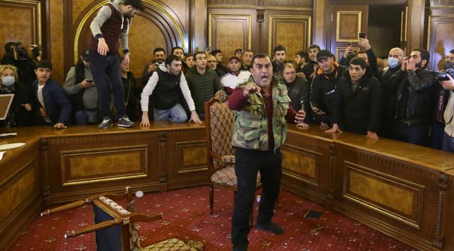 Ermenistan'da halk parlamentoyu bastı