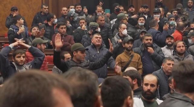 Ermenistan gergin! Meclis başkanı dövüldü, Paşinyan'ın eşyaları çalındı