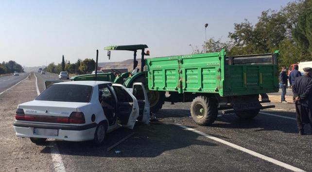 Traktör ile otomobil çarpıştı: 3 yaralı