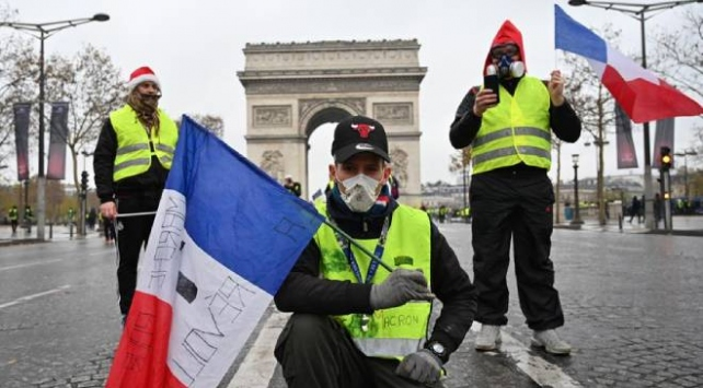 Fransa'da sarı yeleklilerin gösterileri ikinci yılına girdi