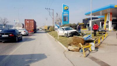 Bursa'da kontrolden çıkan araç akaryakıt istasyonunun panolarına daldı