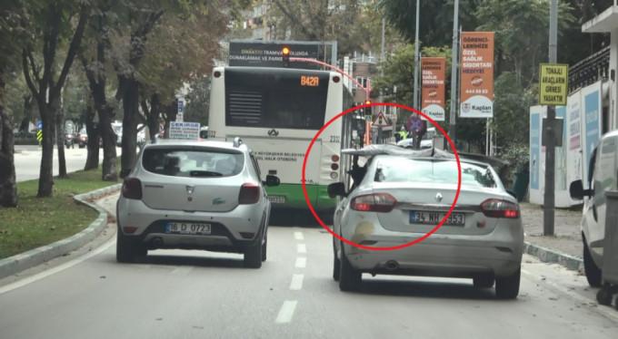 Bursa'da otomobilinin üstündeki suntayı tutan sürücüye ceza