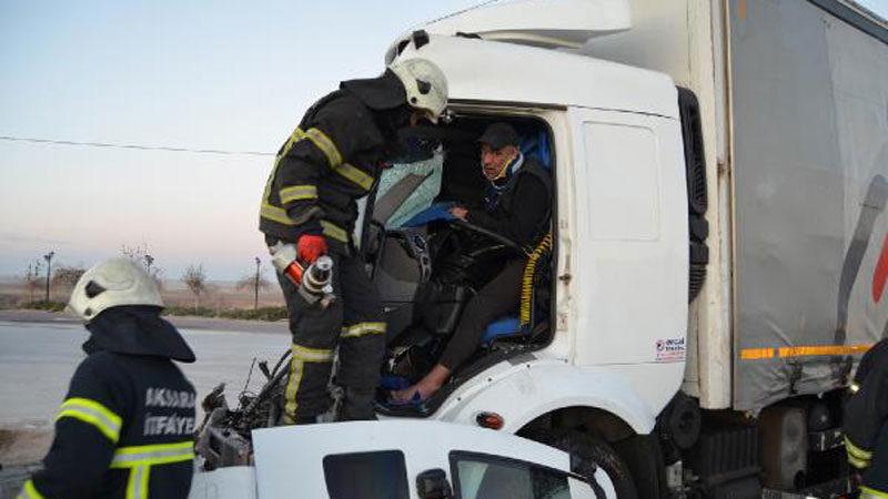 Sıkıştığı araçtan kurtarılmayı beklerken abisini arayıp kazayı anlattı