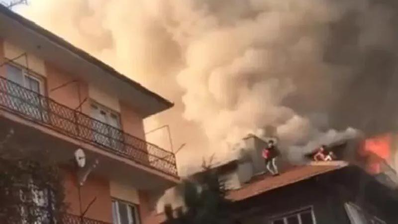 Panik anları! Çatıda kurtarılmayı beklediler