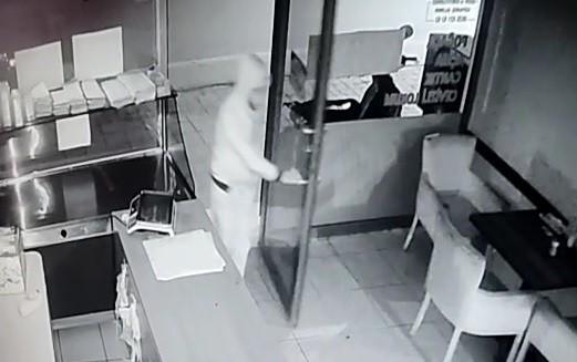 Bursa'da sadaka kutusunu çalan zanlı güvenlik kamerasında