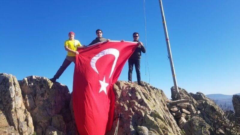 Dağ yöresinin zirvesindeki bayrak yenilendi