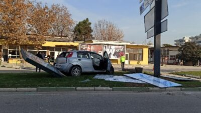 Bursa'da kontrolden çıkan araç tabalaya daldı