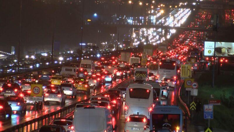 İstanbul trafiğinde yüzde 72 yoğunluk! Durma noktasına geldi…
