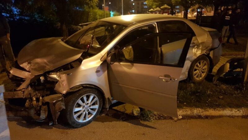 Bursa'da kontrolden çıkan otomobil duvara çarparak durabildi
