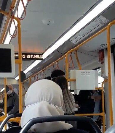Bursa'da metroda 'neden sarılıyorsun' kavgası kamerada