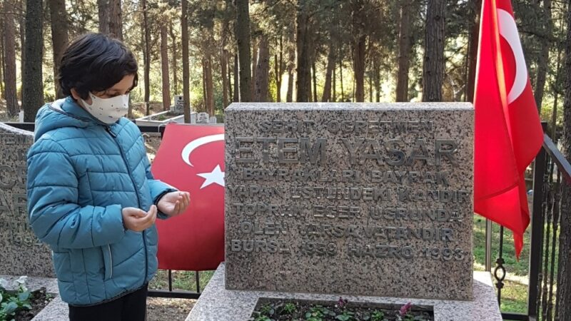 Şehit öğretmen Bursa'daki mezarı başında anıldı