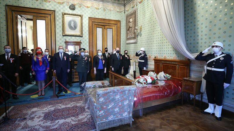 Dolmabahçe'de anma töreni! Vatandaşlardan yoğun ilgi