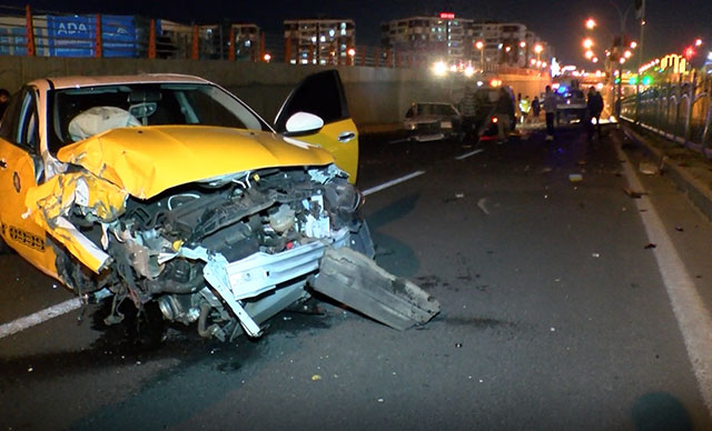 Kazaya müdahale eden polise otomobil çarptı: 1'i polis 5 yaralı
