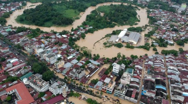 Endonezya'yı sel vurdu: 17 bin ev su altında