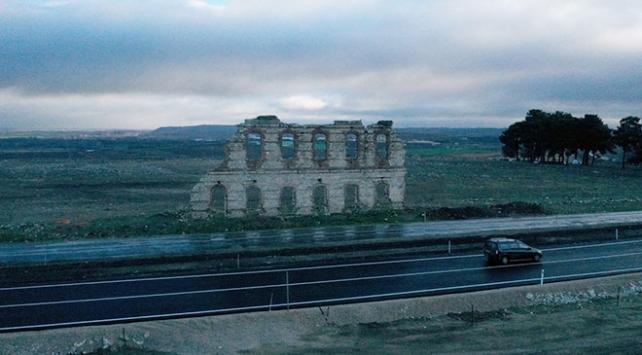 Tarihi hastane duvarının korunması için yol kaydırıldı