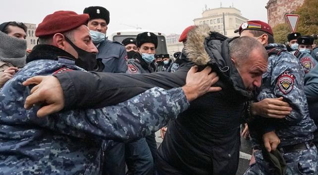 Ermenistan gergin: Göstericiler hükümet binasına girmeye çalıştı