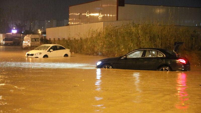 Antalya'yı sağanak vurdu: Araçlar suda kaldı