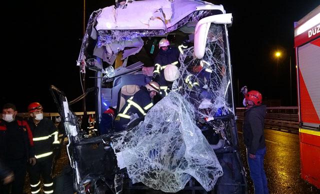 Yolcu otobüsü kamyona arkadan çarptı: 16 yaralı