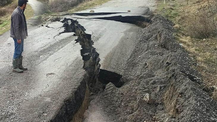 Büyük korku! Mahalleleri birbirine bağlayan yol çöktü