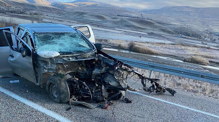 İki araç çarpıştı: 2 ölü, 2 yaralı