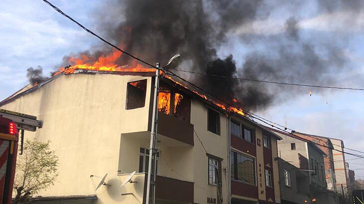 Korku dolu anlar! 2 binanın çatısı alev alev yandı