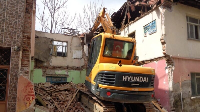 81 metruk bina yıkıldı